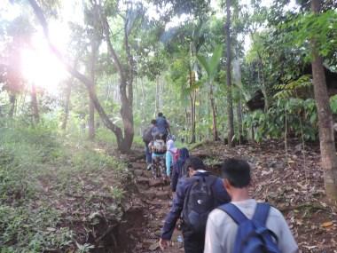 Peserta berjalan mengikuti jalur setapak di suasana pagi hari (sumber : dokumentasi panitia Field Trip to Baduy Unindra 2015)